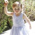 Kimberly Stewart et sa fille Delilah, dans les rues de Los Angeles, le 20 avril 2013. La petite fille, née de la brève relation de sa mère avec Benicio Del Toro, faisait ses premiers pas.