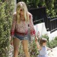La jolie Kimberly Stewart et sa fille Delilah, dans les rues de Los Angeles, le 20 avril 2013. La jeune fille, née de la brève relation de sa mère avec Benicio Del Toro, faisait ses premiers pas.