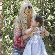 Kimberly Stewart et sa jeune fille Delilah, dans les rues de Los Angeles, le 20 avril 2013. La jeune fille, née de la brève relation de sa mère avec Benicio Del Toro, faisait ses premiers pas.