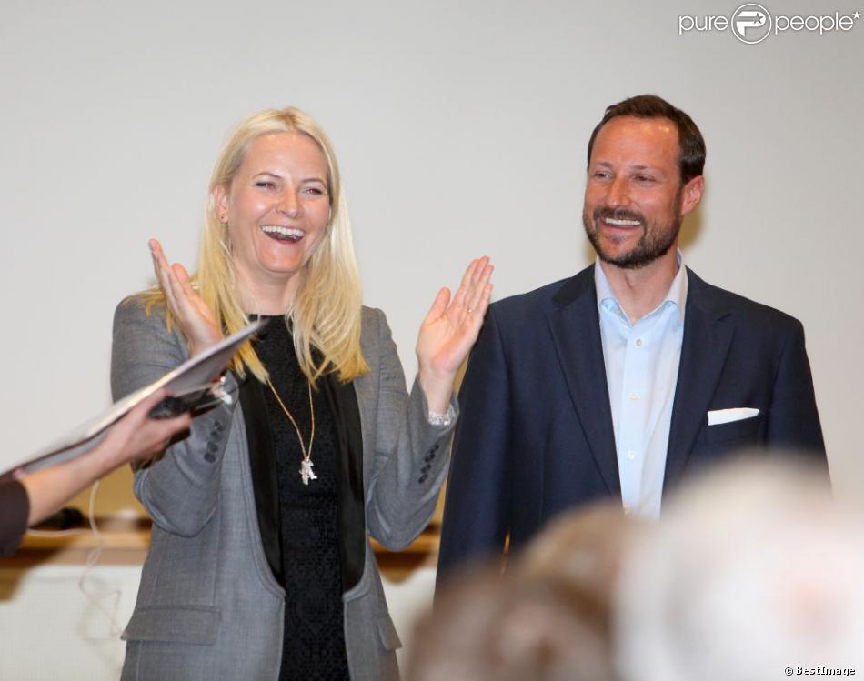Pleins d'enthousiasme, le prince Haakon et la princesse Mette-Marit de Norvège se rendaient à l'Institut du Travail (Arbeidsinstuttet) de Sundvolden le 18 avril 2013.