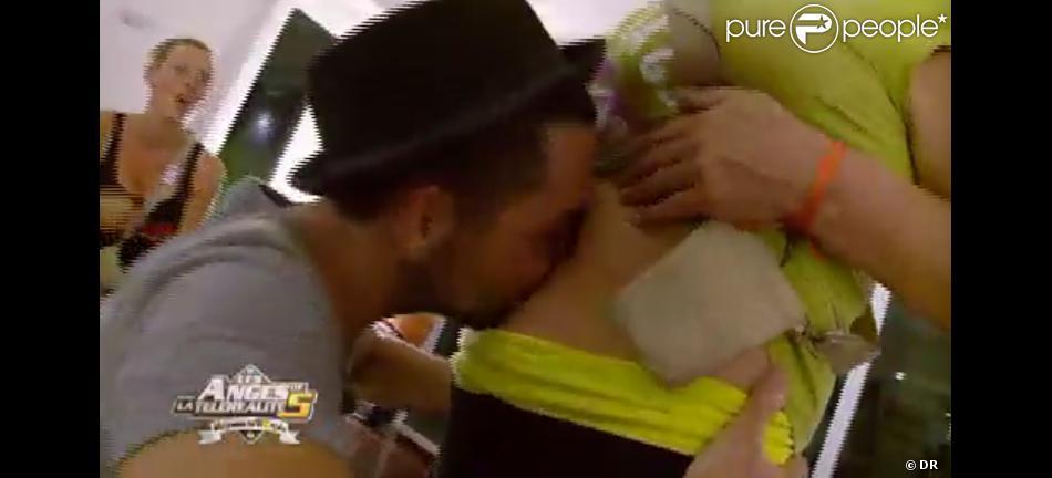 Alban et Frédérique se rapprochent lors d'un jeu dans Les Anges de la télé-réalité 5 le mercredi 24 avril 2013 sur NRJ 12