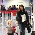 Poppy Montgomery et son fils Jackson Kaufman prennent l'avion à Los Angeles, le 30 novembre 2012.