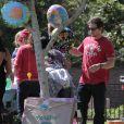 Mark Wahlberg assiste avec femme et enfants à un goûter d'anniversaire à Coldwater Park. Los Angeles, le 26 avril 2013.