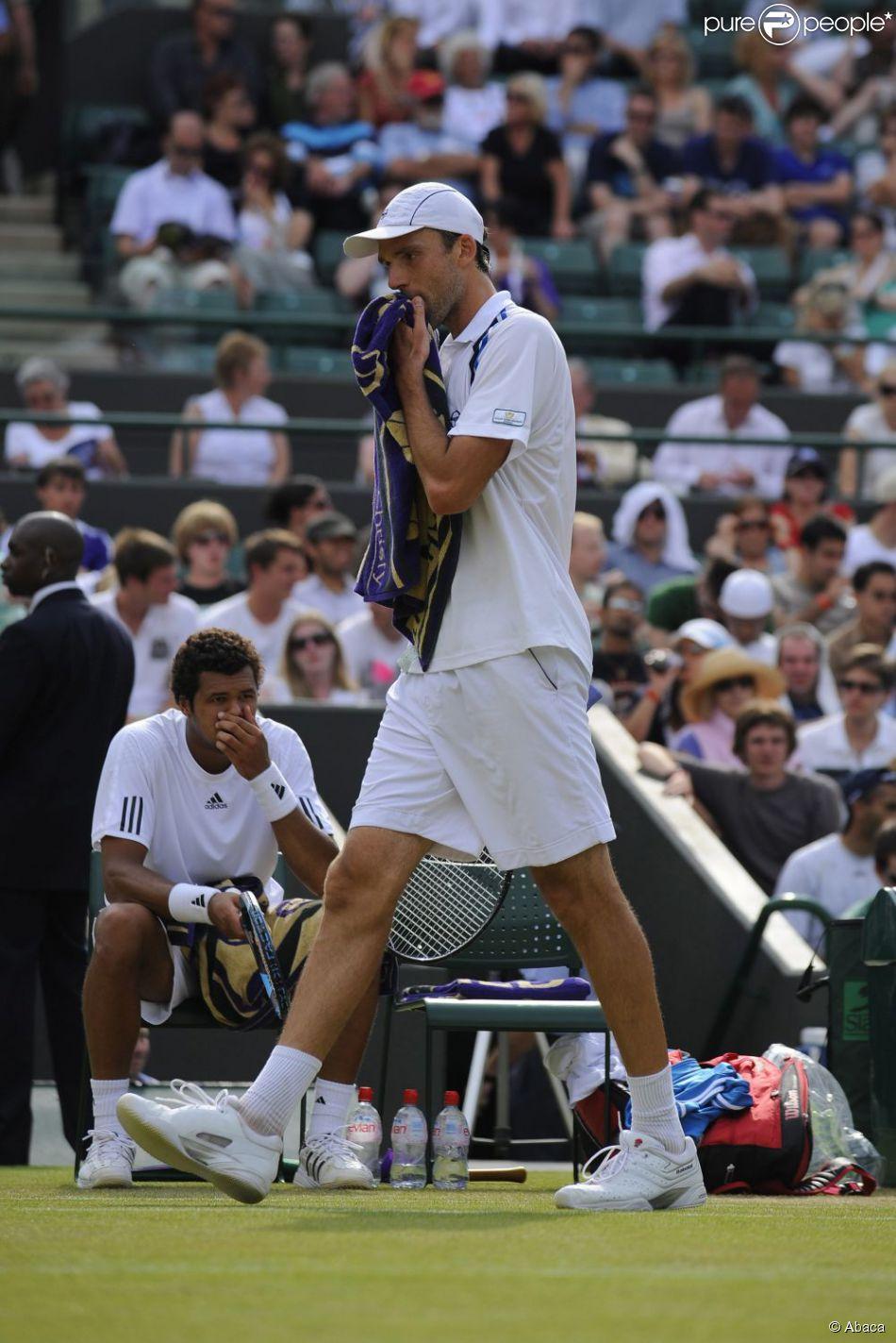 Ivo Karlovic durant son match face à Jo-Wilfried Tsonga à Wimbledon le 26 juin 2009