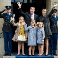 Le prince héritier Willem-Alexander au palais royal d'Amsterdam le 29 avril 2013, à la veille de son intronisation, pour la répétition générale avec son épouse la princesse Maxima et leurs filles Catharina-Amalia, 9 ans, Alexia, 8 ans en juin, et Ariane, qui a eu 6 ans en début de mois.
