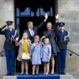 Le prince héritier Willem-Alexander des Pays-Bas au palais royal d'Amsterdam le 29 avril 2013, à la veille de son intronisation, pour la répétition générale avec son épouse la princesse Maxima et leurs filles Catharina-Amalia, 9 ans, Alexia, 8 ans en juin, et Ariane, qui a eu 6 ans en début de mois.