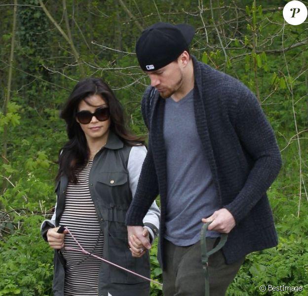 L'acteur Channing Tatum et sa femme Jenna Dewan, enceinte, sont allés promener leurs chiens dans un parc à Londres, le 29 avril 2013.