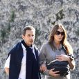 Nicolas Sarkozy se balade avec son épouse Carla Bruni quelques jours après la naissance de leur fille Giulia, née le 19 octobre 2011.