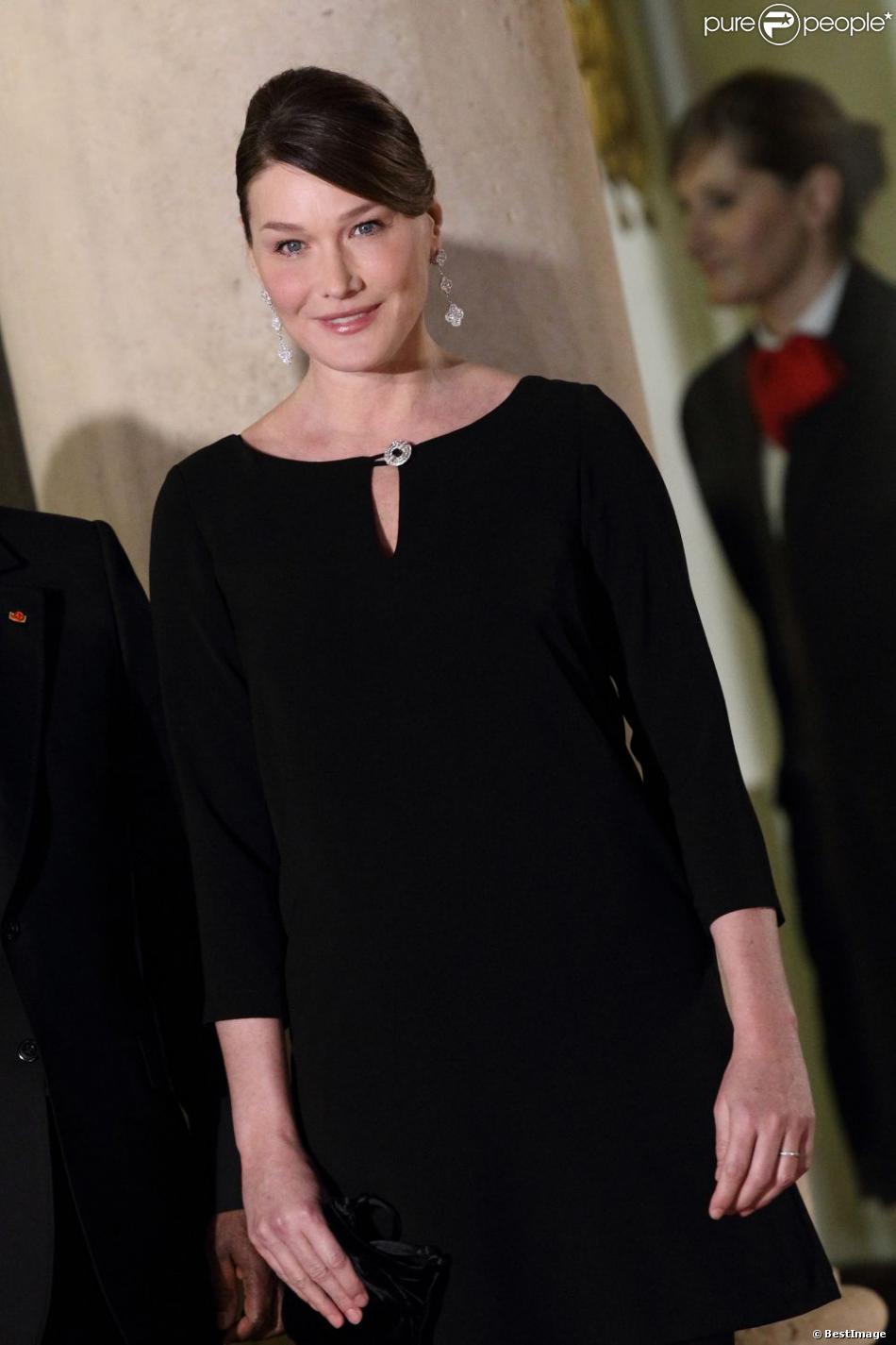 Après son accouchement le 19 octobre 2011, Carla Bruni a conjugué son rôle de mère et celui de Première dame. Le 26 janvier 2012 elle recevait les invités d'un dîner d'État au Palais de l'Élysée.