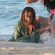 """Jennifer Lopez à l'eau et le rappeur Pitbull sur le tournage du nouveau clip """"Live It Up"""" de Jennifer Lopez sur la plage à Miami, le 5 mai 2013. Casper Smart, le compagnon de Jennifer, ainsi que l'actrice Eva Marcille étaient également présents."""