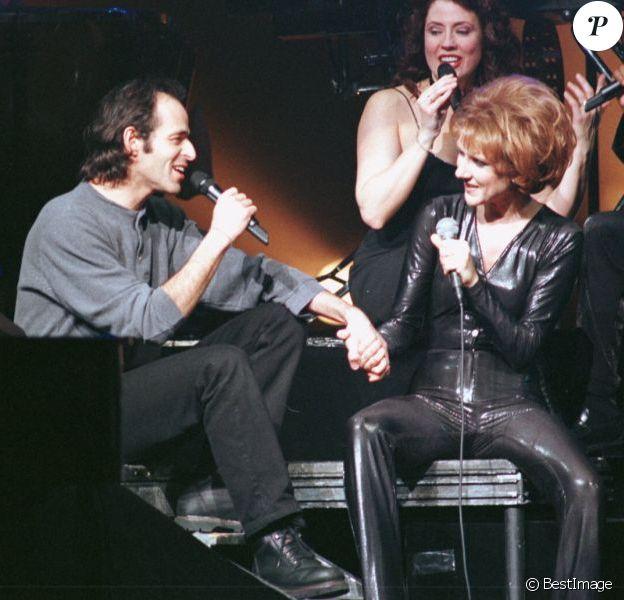 Céline Dion en concert à Cannes, en duo avec Jean-Jacques Goldman, le 23 janvier 1996.
