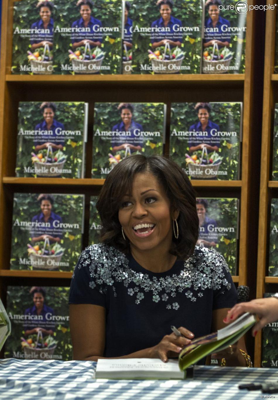 """La First Lady Michelle Obama lors d'une séance de dédicace pour son livre """"American Grown"""" dans lequel elle raconte l'histoire du potager de la Maison Blanche. Les recettes de la vente du livre seront reversées à la fondation Park Foundation. La dédicace s'est déroulée le 7 mai 2013 à Washington."""