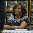 """Michelle Obama lors d'une dédicace pour son livre """"American Grown"""" dans lequel elle raconte l'histoire du potager de la Maison Blanche. Les recettes de la vente du livre seront reversées à la fondation Park Foundation. La dédicace s'est déroulée le 7 mai 2013 à Washington."""