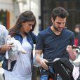 Cesc Fabregas et sa petite amie Daniella Semaan font leur première sortie avec leur fille Lia (1 mois) à Barcelone, le 7 mai 2013.