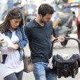 Cesc Fabregas et sa compagne Daniella Semaan font leur première sortie avec leur fille Lia (1 mois) à Barcelone, le 7 mai 2013.