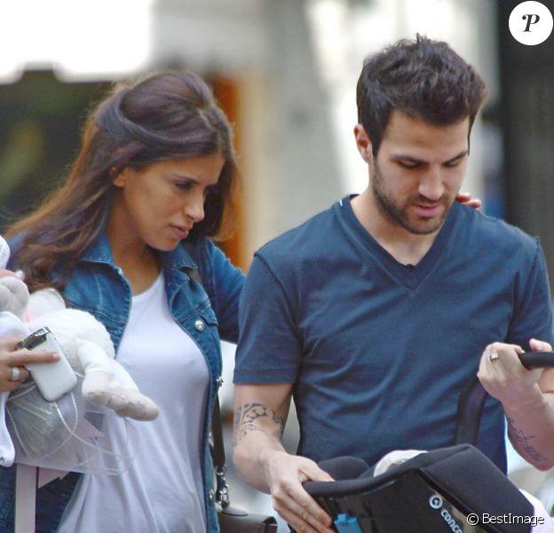 Le footballeur Cesc Fabregas et sa petite amie Daniella Semaan font leur première sortie avec leur fille Lia (1 mois) à Barcelone, le 7 mai 2013.