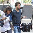 Le footballeur Cesc Fabregas et sa compagne Daniella Semaan font leur première sortie avec leur fille Lia (1 mois) à Barcelone, le 7 mai 2013.