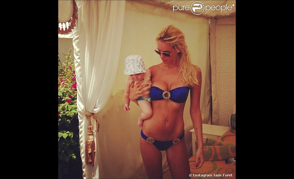 Le compte Instagram de Jade Foret - Jade Foret en maillot avec la petite Liva