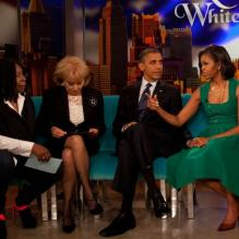 "Whoopi Goldberg et Barbara Walters sur le plateau de ""The View"" avec Barack et Michelle Obama, à New York, le 24 septembre 2012."
