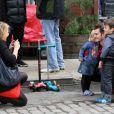Andrew Garfield prend la pose avec deux enfants sur le tournage de The Amazing Spider-Man 2 à New York, le 13 mai 2013.