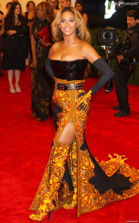 Beyoncé dans une robe Givenchy lors du gala du Costume Institute au Met de New York le 6 mai 2013. Depuis, la rumeur d'une seconde grossesse de Mrs. Carter enfle...