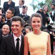 Thomas Langmann et Céline Bosquet, radieux et amoureux pour la montée des marches du film Inside Llewyn Davis lors du 66e festival du film de Cannes, le 19 mai 2013.