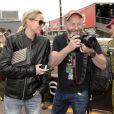 Liam Cunningham et Christina Sunn Pederson dans les allées du paddock du Grand Prix de F1 de Monaco le 25 mai 2013