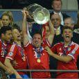 Franck Ribéry et ses partenaires du Bayern Munich soulèvent la coupe aux grands oreilles après leur victoire en finale de la Ligue des Champions face au Borussia Dortmund (2-1), le 25 mai 2013 au stade de Wembley à Londres