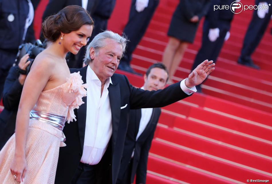 Alain Delon et Marine Lorphelin montent les marches du Festival de Cannes pour la cérémonie de clôture, le dimanche 26 mai 2013.