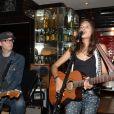 Exclusif - Vanille Clerc et son guitariste en concert à la Gioia à Paris, le 28 mai 2013.