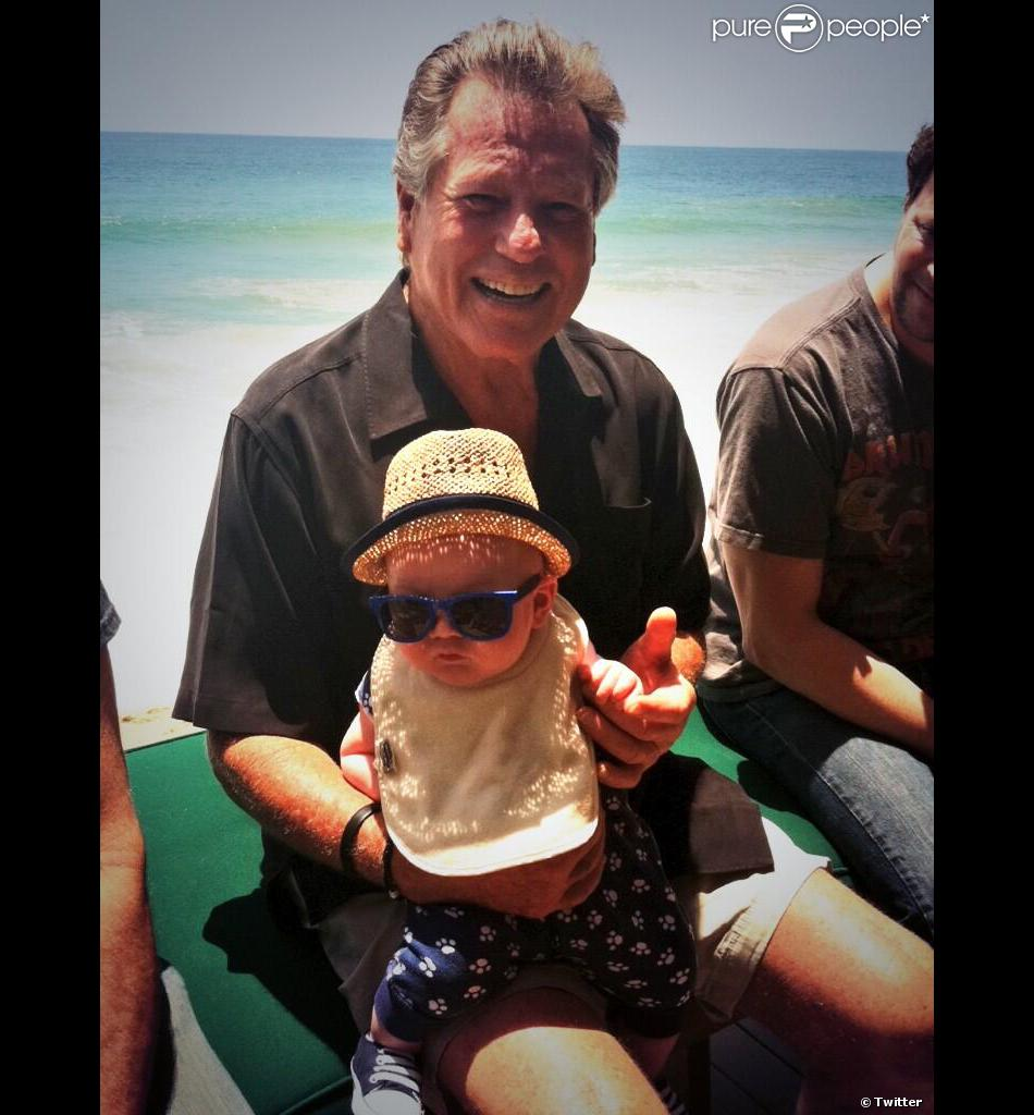 Ryan O'Neal pose avec Sidney, son arrière-petit-fils, mai 2013.