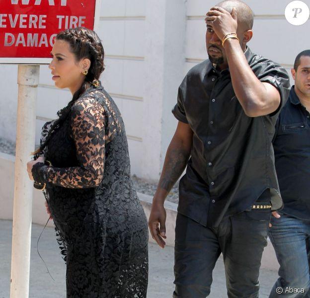 Kanye West se heurte contre un poteau en se dirigeant avec Kim Kardashian dans un restaurant. Los Angeles, le 10 mai 2013.