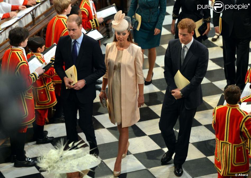 Le prince William et Kate Middleton avec le prince Harry à l'abbaye de Wesminster, à Londres, le 4 juin 2013, lors de la cérémonie commémorant les 60 ans du couronnement de la reine Elizabeth II, assuré par l'archevêque de Canterbury Justin Welby et le doyen de Westminster John Hall.