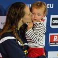 Laure Manaudou et sa petite fille Manon sur la plus haute marche du podium après sa victoire aux championnats d'Europe petit bassin de Chartres le 24 novembre 2013 sur 50m dos