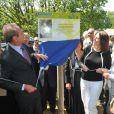 """Bertrand Delanoë, Valerie Fignon, les parents et le frère du défunt champion lors de l'inauguration du sentier """"Laurent Fignon"""" dans le bois de Vincennes le 5 juin 2013."""