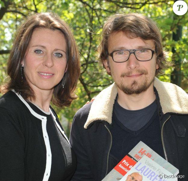 """L'acteur Lorànt Deutsch et Valérie Fignonlors de l'inauguration du sentier """"Laurent Fignon"""" dans le bois de Vincennes le 5 juin 2013."""