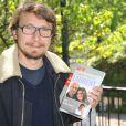 """Le comédien Lorànt Deutsch lors de l'inauguration du sentier """"Laurent Fignon"""" dans le bois de Vincennes le 5 juin 2013."""
