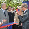"""Lorant Deutsch et Bertrand Delanoelors de l'inauguration du sentier """"Laurent Fignon"""" dans le bois de Vincennes le 5 juin 2013."""