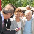 """Bertrand Delanoë, Valerie Fignon, les parents et le frère du championlors de l'inauguration du sentier """"Laurent Fignon"""" dans le bois de Vincennes le 5 juin 2013."""