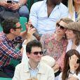 Pascale Arbillot, la chanteuse Anaïs et un ami à Roland-Garros lors du 12e jour des Internationaux de France le 6 juin 2013