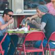 David Beckham à la terrasse d'un restaurant avec son meilleur ami David Gardner à New York, le 5 Juin 2013.