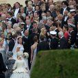 La princesse Madeleine de Suède et son époux Chris O'Neill entourés de leurs convives lors de leur arrivée au domaine royal Drottningholm, à l'ouest de Stockholm, pour la réception de leur mariage, le 8 juin 2013.