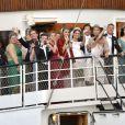 Les jeunes mariés Madeleine de Suède et Chris O'Neill à la proue du SS Stockholm, qui a conduit le cortège de leur mariage au domaine royal Drottningholm pour la réception, le 8 juin 2013