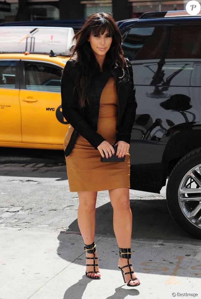 kim kardashian enceinte fait du shopping new york le 26 mars 2013 elle porte une veste et. Black Bedroom Furniture Sets. Home Design Ideas