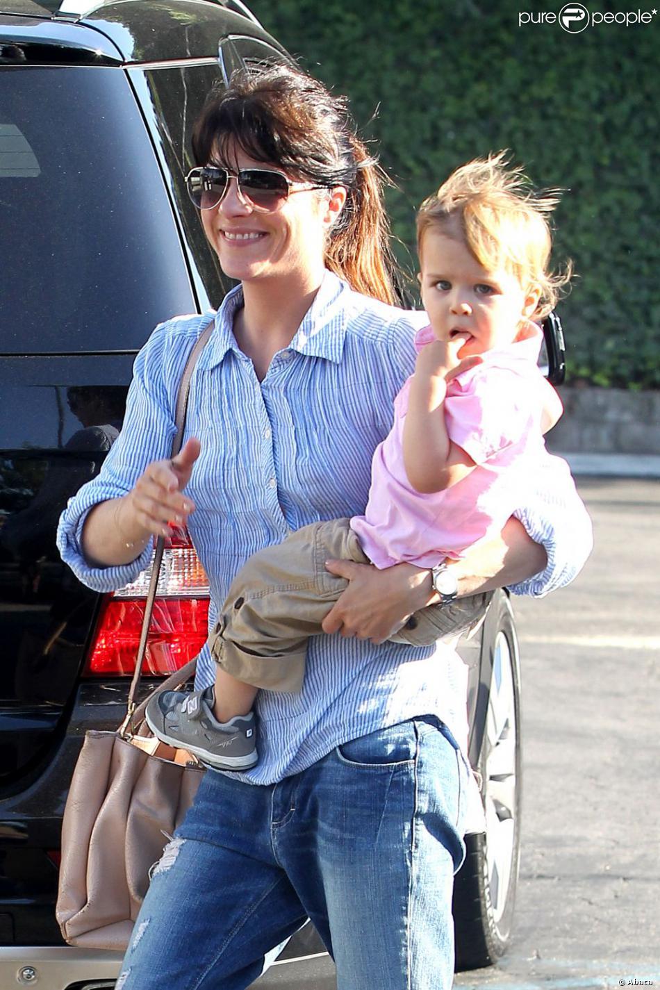 Virée de la série Anger Management, Selma Blair se balade avec son fils Arthur (2 ans) à Los Angeles, le 17 juin 2013.