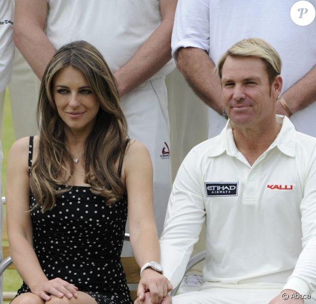 Elizabeth Hurley à un match caritatif de cricket, Cricket For Kids Charity Day, à Cirencester, le 9 juin 2013. L'actrice, amoureuse, était accompagnée de son chéri l'Australien Shane Warne, ancien joueur professionnel de cricket.