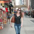 Carla Bruni se promène dans les rues de New York, le 25 juin 2013.