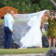 Anna Rowson s'offre quelques swings avec l'aide de son mari Ted Chevrin au milieu de son mariage sur l'île de Maui à Hawaï le 22 juin 2013