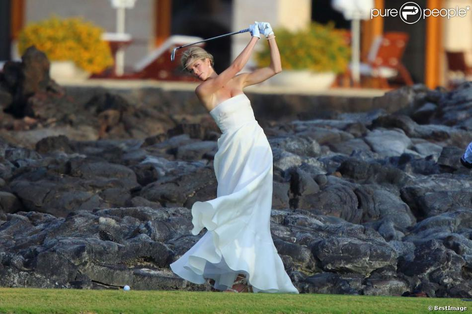 Anna Rowson s'offre quelques swings au milieu de son mariage avec Ted Chevrin sur l'île de Maui à Hawaï le 22 juin 2013