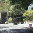 Exclusif - Robert Pattinson prépare une fëte dans sa maison à Los Feliz, Californie, le 22 juin 2013.